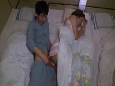義息の巨根に発情した四十路熟年女お母さん!寝ている旦那の隣で激しくせつくすおばさんしちゃう中高年動画