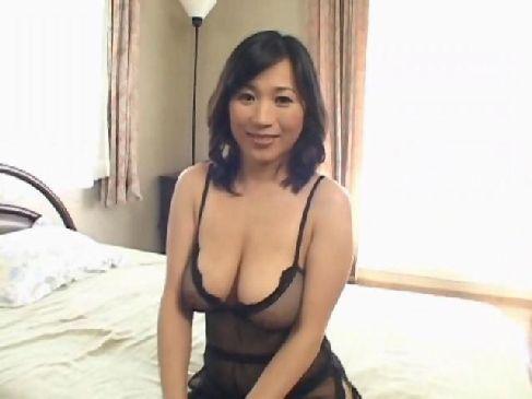 40代の熟年夫婦になって夜の生活がないのでポルノビデオに出演する日活ロマン無料おばさん動画