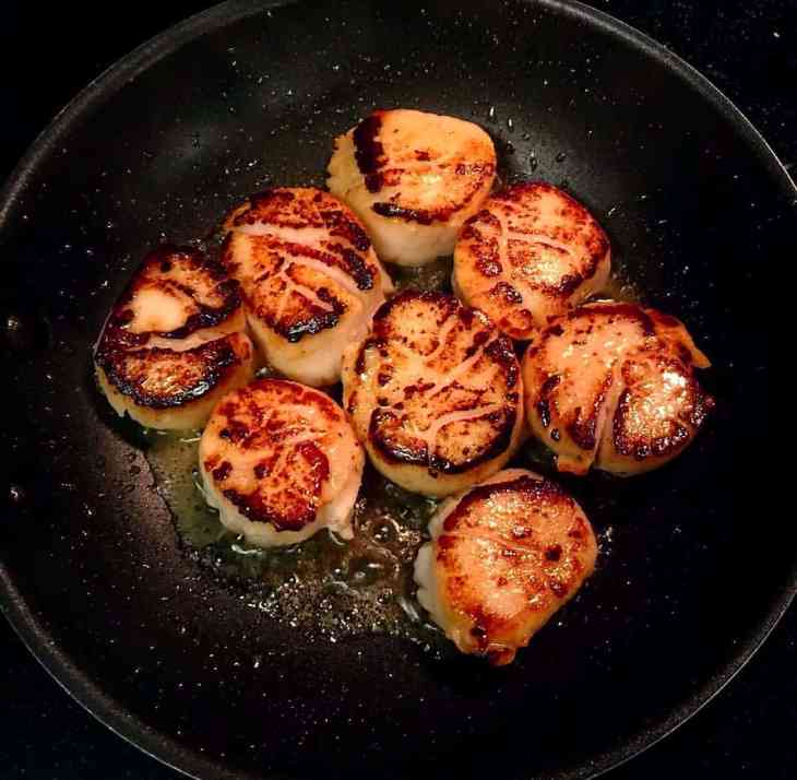 Seared scallops in a pan