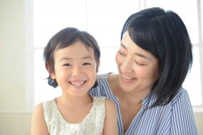 小さな女の子と母
