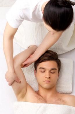 脇毛を処理している男性