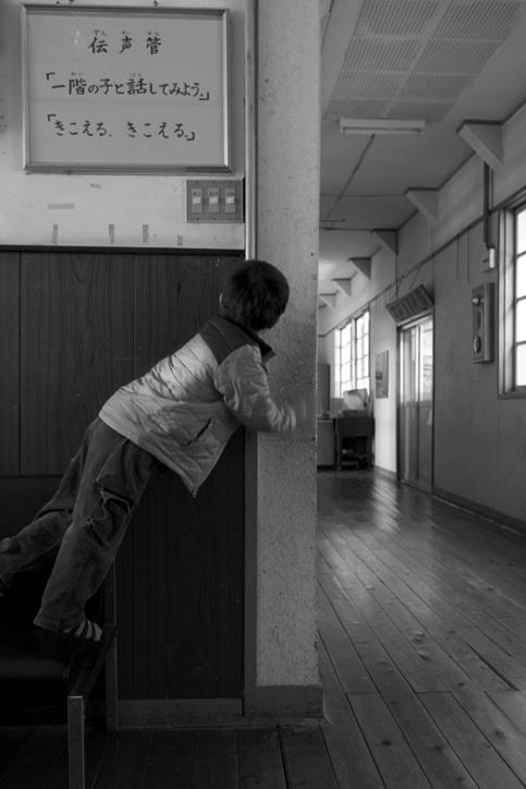 伝声管で遊ぶ子ども2