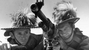 To af de tapre deltagere i emukrigen, der allerede på forhånd - en smule forhastet, kan man synes - har smykket deres hatte med emufjer som markering af en sejr, der altså i sjælden grad udeblev...