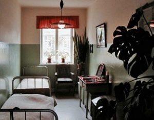 Et kik ind i en 2-mands stue på Forsorgsmuseet. Dette er en stue for de værdige - ingen tremmer for vinduerne.
