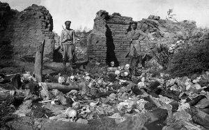 Osmannernes systematiske folkedrab på armenierne i 1915-17 benægtes den dag idag af Tyrkiet - men står i virkeligheden kun tilbage for nazisternes jødeforfølgelser på det rent numeriske plan. Grusomhederne er overordentligt veldokumenterede.
