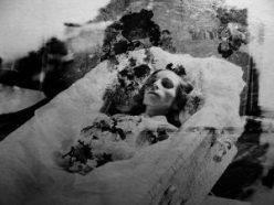 Et autentisk, victoriansk post mortem-fotografi. Der er ikke gjort nogen forsøg på at få den døde til at se levende ud.