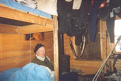 Helge Fonnum i Arne Næss' gamle stol i Skarveredet i 2002.