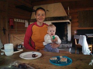 Marianne og Willia Konstanse spiser frokost