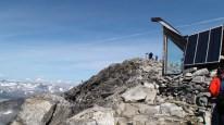 Ved hytta på toppen av Galdhøpiggen.