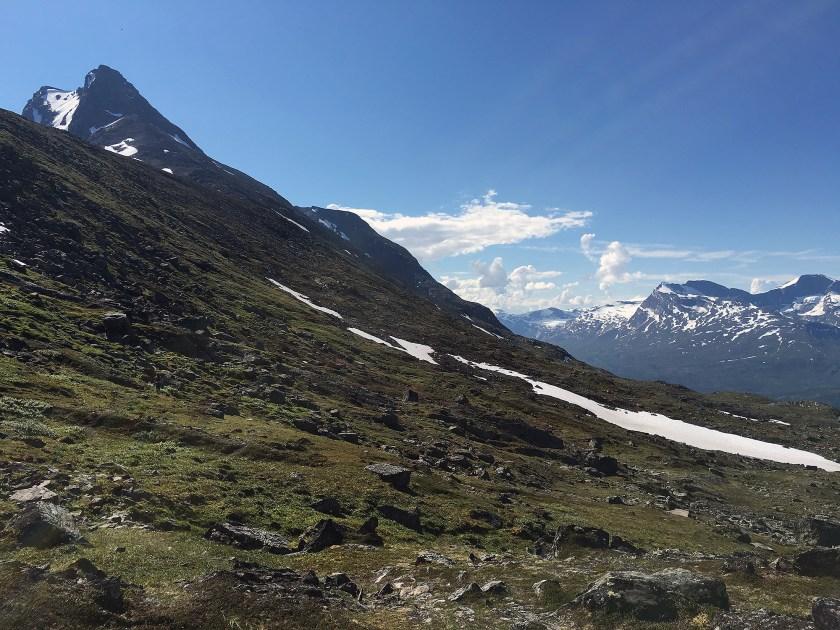 På vestsiden av Lilletind opp mot Skjomtinden.