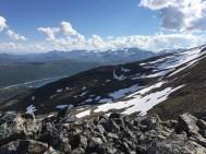 Utsikt mot nordøst med morenene under Skjomtinden.