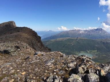 Utsikt fra bandet mellom Lilletind (1096 moh) og Skjomtinden (1558 moh) med Lilletind til venstre og Beisfjordtøtta (1430 moh) i horisonten til høyre.