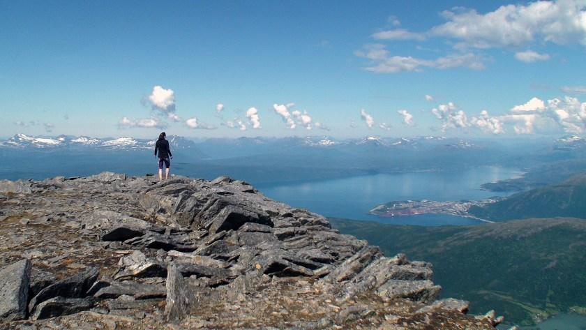 Marianne på toppen av Sjomtinden med Narvik by nede til høyre.