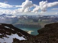 Med utsikt til Skjomen. Frostisen (1724 moh) til venstre, Klubbviktinden (1335 moh) i midten, Råntinden (1200 moh) til høyre.