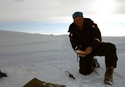 Øyvind Werner Øfsti med ørret. Foto: Edmund J. Grønmo.