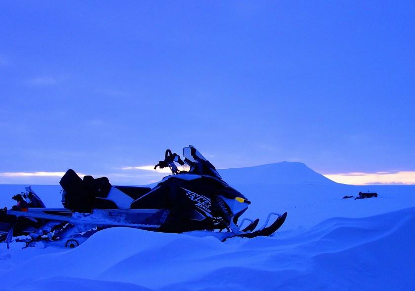 Snøskuter i solnedgang. Foto: Edmund J. Grønmo.
