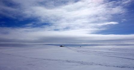 Mennesket blir smått. Foto: Edmund J. Grønmo.