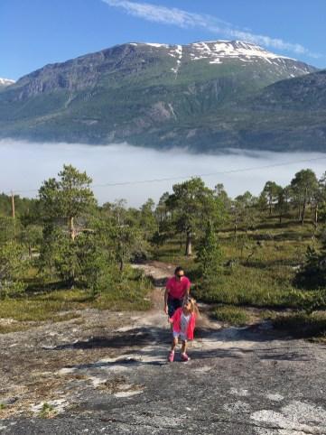 Marianne og Hennie på vei opp Reinneset.