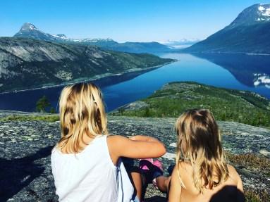 Willia og Hennie med utsikt over Skjomen.