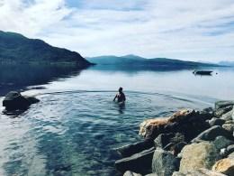 Helge bader i sjøen.