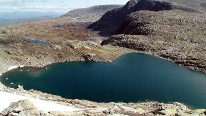 Det sørligste Folarskardtjørnet på 1603 moh. I nordenden ligger Lordehytta.