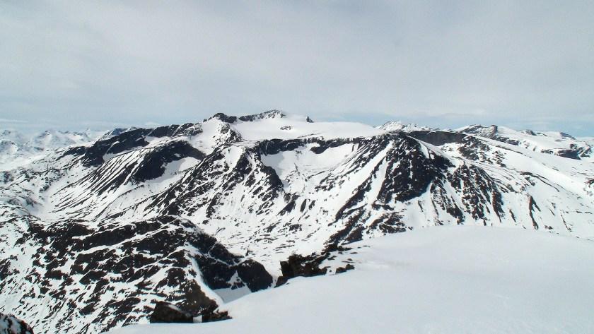 Utsikt mot sør, med en rekke 2000-meterstopper som f.eks. Høgdebrotet.