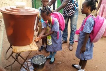 Alors qu'en Guinée les écoles rouvrent leurs portes, l'UNICEF contribue aux opérations permettant des réduire les risques de transmission du virus Ebola