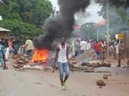 Autoroute: des pneus brûlés et des barricades
