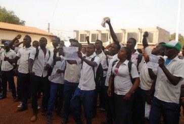 Boké : les élèves du Lycée Filira réclament des professeurs en classe, le DPE accuse les ministres