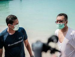 Sandiaga ditemani Gubernur NTB Berenang Pakai Masker di Gili Trawangan