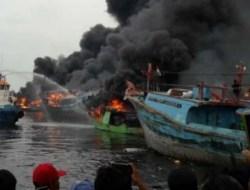 Kerugian Capai 400 Juta,Kapal Nelayan Terbakar di Muara Baru