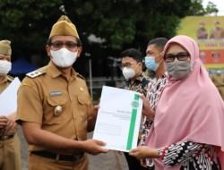 Wakil Bupati Garut Serahkan Lima Sertifikat Halal MUI Kepada Pelaku UMKM, Salah Satunya Burayot Simadu