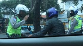 Polisi Dan Pengendara Motor di Jakarta