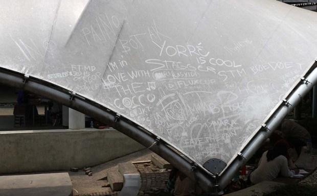 Graffiti debu di atap