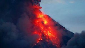 Gunung berapi Mayon menyemburkan lava merah panas