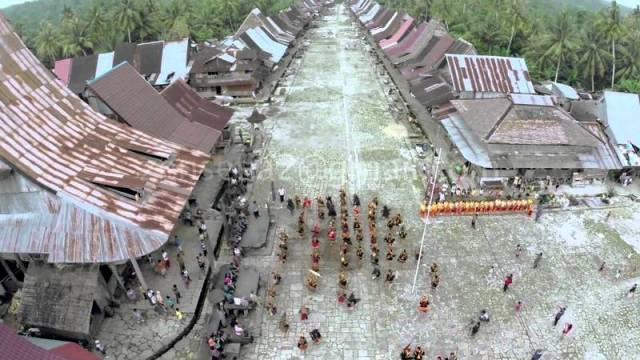 Desa Bawömataluo dilihat dari atas. Atap rumah adat di desa ini hampir semua terbuat dari seng.   Foto: http://cyberspaceandtime.com/