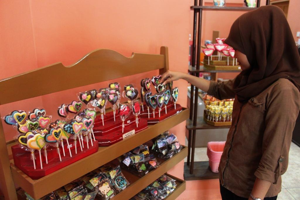 Pengunjung tengah memilih coklat yang akan dibeli di Racy Gerai Coklat. FOTO/HUDA PUTRA