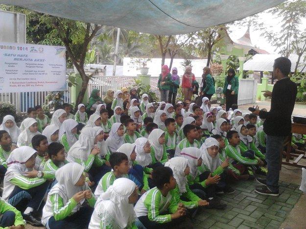 Kegiatan Bakti Sosial yang diadakan Kemensos BEM KM Unand. Foto : Isra Rosadi