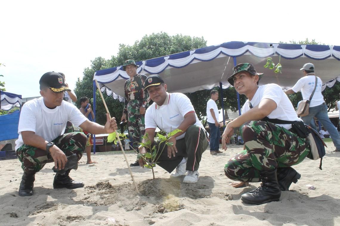 Aksi bersih Pantai Purus Padang, Jumat (5/4) dalam rangka memperingati Hari Nelayan Nasional. Foto : Istimewa