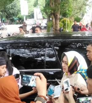 Walikota Tangerang Selatan (Tangsel) Airin Rachmi Diany saat diwawancarai oleh wartawan, Selasa (13062017)