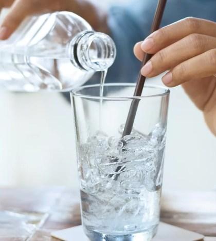 [SALAH] Minum Air Es Saat Cuaca Panas Dapat Mengalami Pecah Pembuluh Darah
