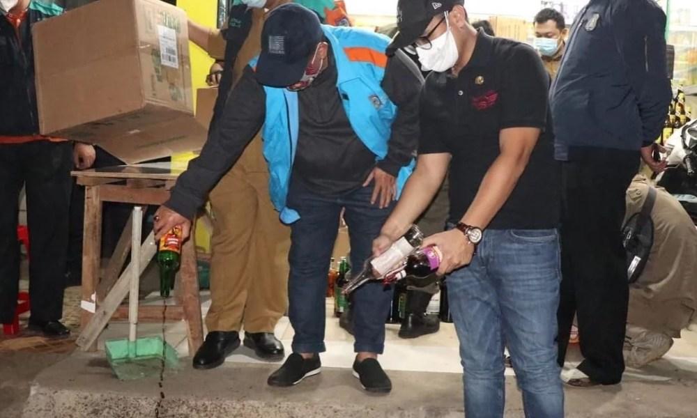 Wakil Walikota Tangerang Selatan (Tangsel) Pilar Saga Ichsan mengikuti operasi gabungan PPKM di Kecamatan Pondok Aren, Senin (27/7) malam. Dalam operasi gabungan PPKM tetsebut, pihaknya juga sambil membagikan sembako kepada para pedagang kecil dan masker bagi warga.