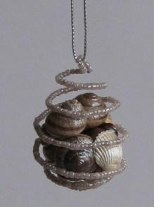 Елочное украшение из бисера и ракушек Новогодняя спираль