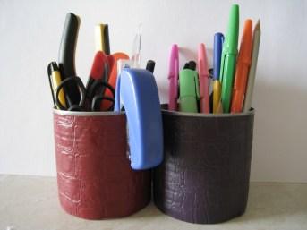 Стаканы для карандашей/инструментов из жестяных банок из под зеленого горошка и кукурузы. Отделаны обрезками дермантина.