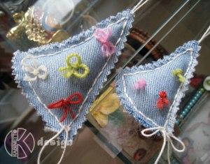 Мягкие елочки из джинсов украшены обрезками ниток. Полный Recycling!