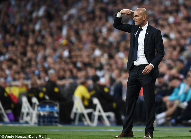 33D856F200000578-3834075-Zinedine_Zidane_issues_instructions_to_his_Real_Madrid_players-a-20_1476266445942