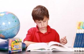 勉強をする少年