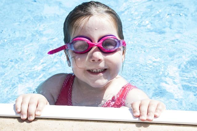 プールで遊ぶ子供の画像