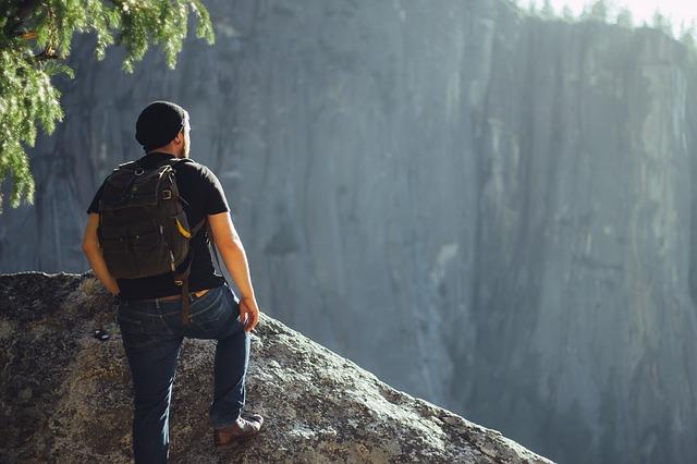 山登りしている男