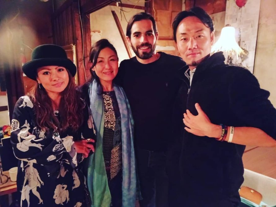 左からシンガー/役者:KAOROSE [RadicArt]、シンガー/作曲家:海賀千代 [大地の種]、シリア人劇作家:アッタールさん、Kackey@dabigtree